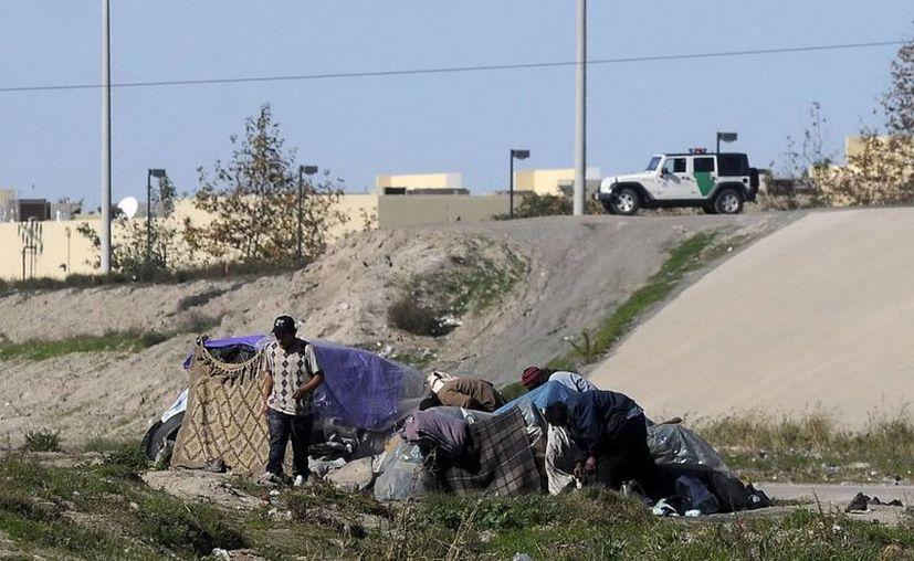 Otro factor que incide en el descenso de las remesas es que los migrantes que regresaban en diciembre no lo hacen más al complicarse su retorno a EU. (Archivo Notimex)