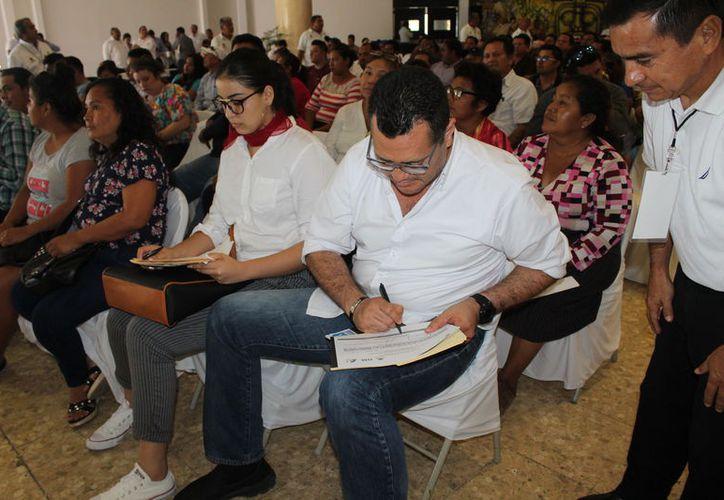 La segunda subasta de vehículos se llevó a cabo en el Centro Social Bellavista. (Joel Zamora/SIPSE)