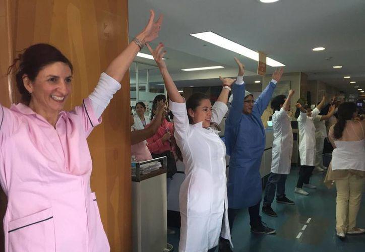 Fue a través de redes sociales que se compartió el video del evento donde personal médico y botargas bailaron una canción de Chayanne para los niños del área de Oncología del hospital. (Foto tomada del Facebook Voluntariado IMSS)