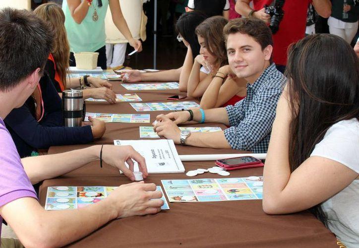 Durante el festejo mexicano de la Universidad Anáhuac Mayab, el juego de lotería fue una actividad que atrajo a muchos jóvenes. (Milenio Novedades)