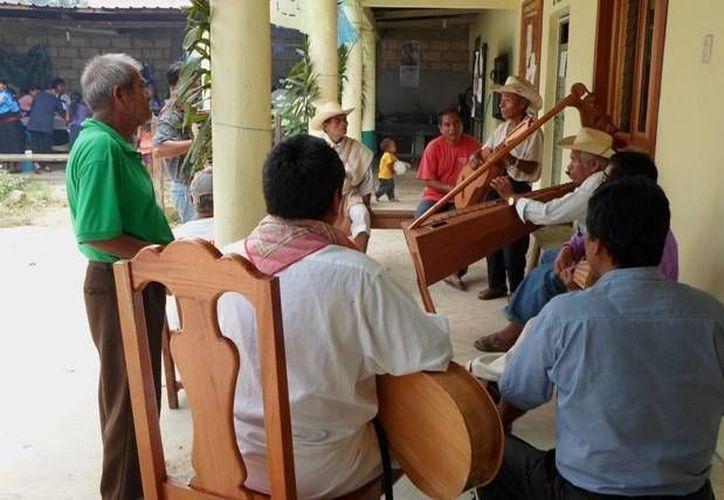 Abundan los grupos de adultos y jóvenes de música tradicional en el que destaca el arpa. Imagen de contexto. (nuevosanjuanchamula.com.mx)