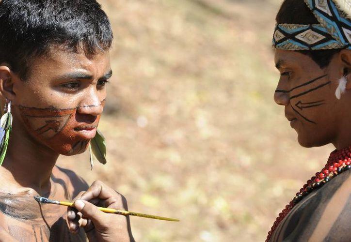 En la imagen, un indígena de la etnia Pataxó maquilla a otro. (EFE/Archivo)