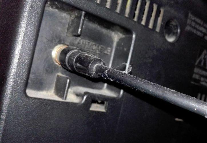 Hay hogares que todavía no disfrutan de la señal digital en sus pantallas o televisores, debido a que no cuentan con un decodificador y una antena VHF-UHF. (Notimex)