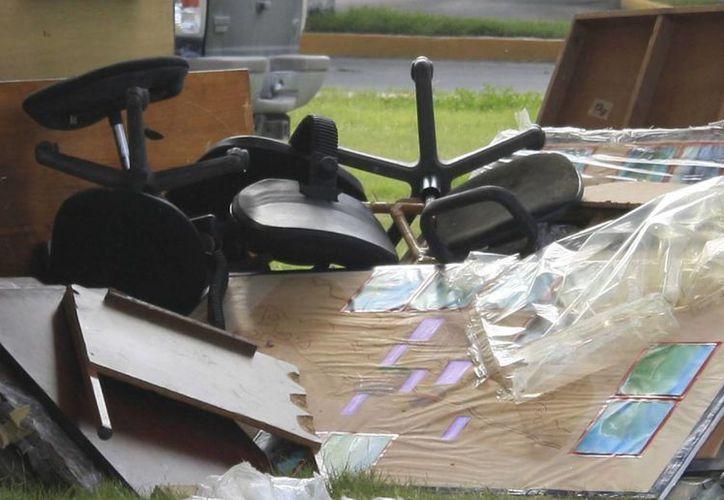 A principios de octubre personal de la Oficialía Mayor del ayuntamiento inventarió el mobiliario que será dado de baja del padrón. (Harold Alcocer/SIPSE)