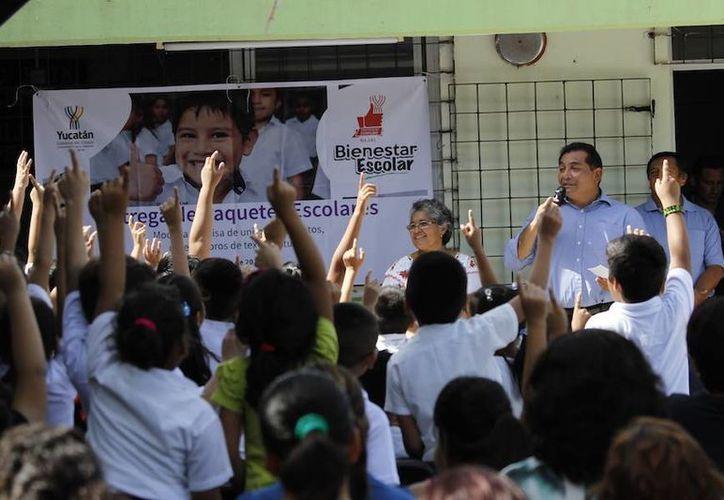 Un programa del gobierno, Bienestar Escolar, llegó este martes a alumnos de una escuela al poniente de Mérida. (Foto cortesía del Gobierno estatal)