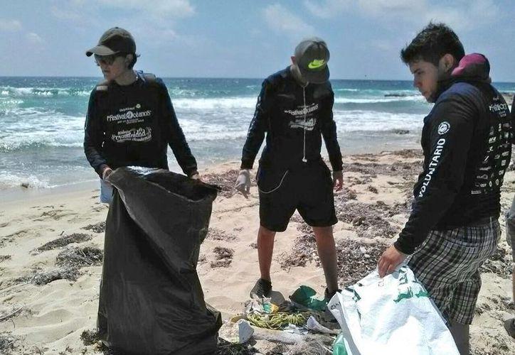 A lo largo del año tienen establecidas limpieza de playas este mes, en septiembre y octubre. (Luis Soto/SIPSE)