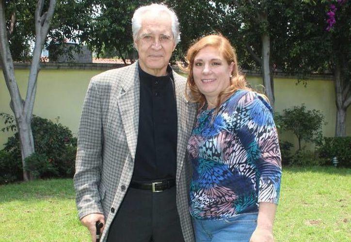 Rogelio Guerra y Maribel Robles, esposa del actor. Robles desmintió las acusaciones que afirman el actor fue abandonado, e incluso, aseguró que su evolución avanza satisfactoriamente. (Archivo Notimex)