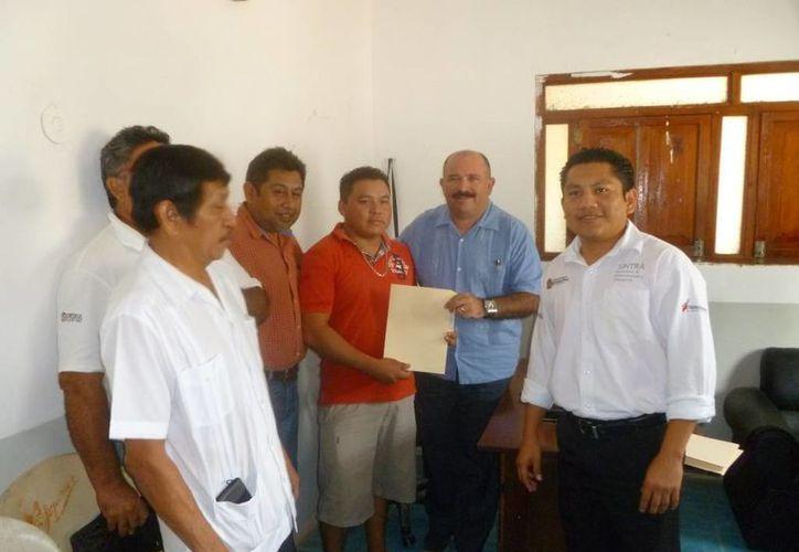 El director de Comunicaciones y Transportes estatal encabezó la entrega de los documentos. (Raúl Balam/SIPSE)