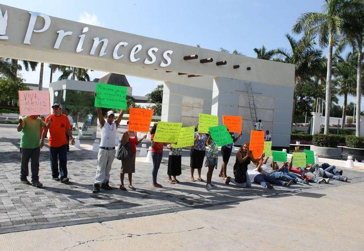 Ayer por cuarto día consecutivo los trabajadores protestaron para exigir al hotel Princess el pago de la deuda que compromete sus sueldos.  (Juan Carlos Cano/SIPSE)
