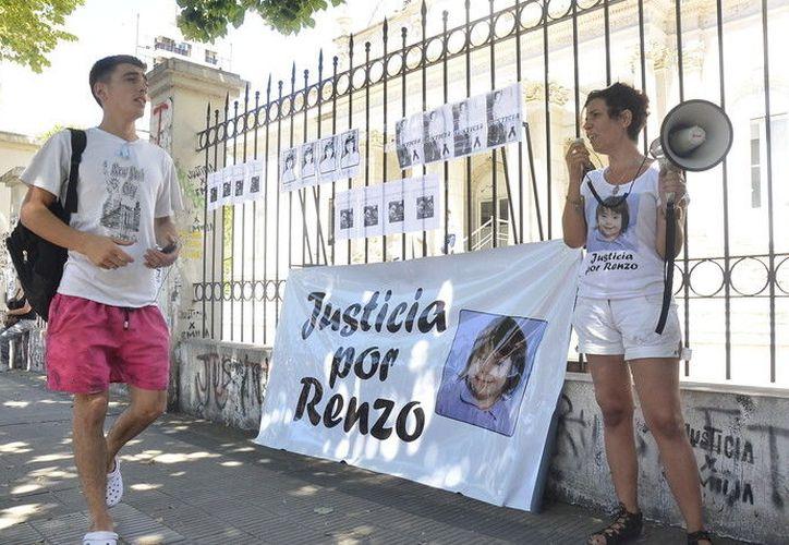 Los familiares del pequeño exigieron justicia tras el presunto homicidio. (Foto: El Clarín)