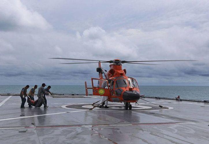Imagen del rescate de cuerpos del avión de AirAsia que cayó en el mar de Indonesia. (AP)