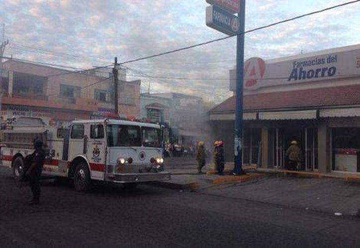 La farmacia atacada con una bomba incendiaria la mañana de este miércoles se ubica a menos de dos cuadras de la presidencia municipal de Apatzingán. (Milenio)