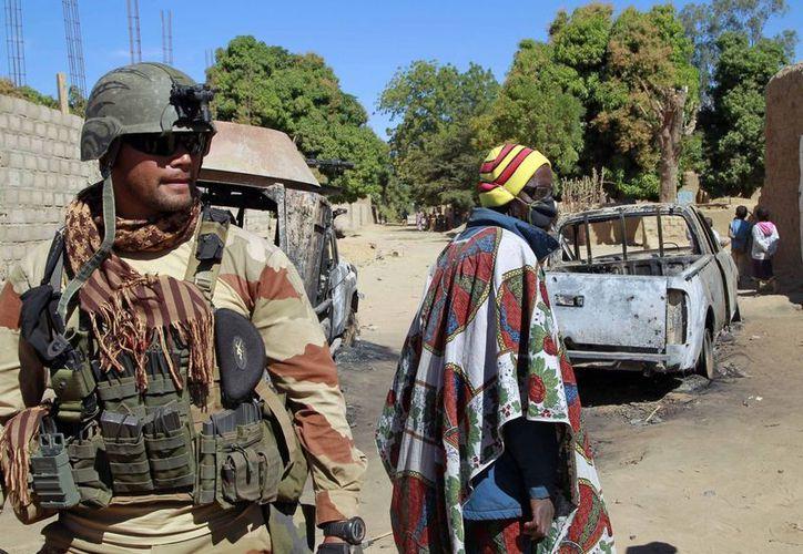 """Un soldado francés asegura el """"perímetro""""en las afueras de Diabaly, Mali. (Agencias)"""