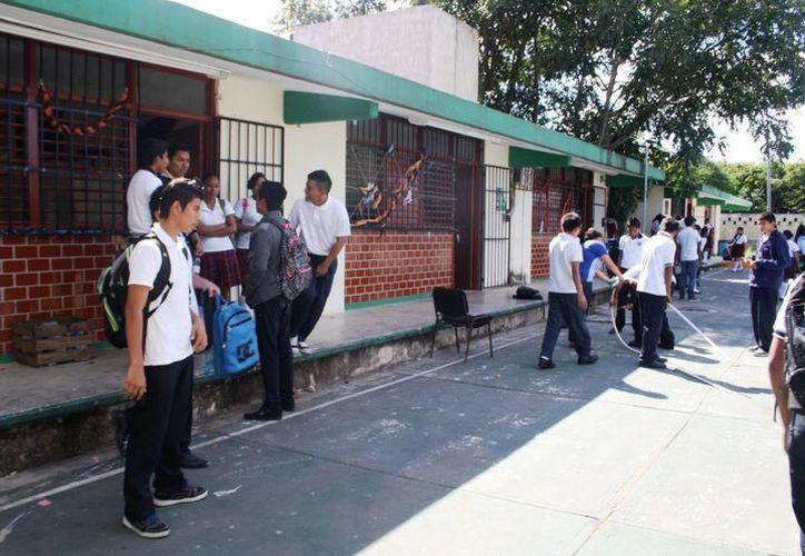 La decisión generó inconformidad en 40 maestros, quienes ayer protestaron a las puertas del plantel educativo, dejando sin clases a los alumnos. (SIPSE)