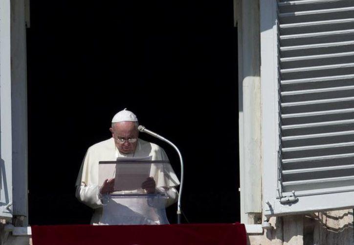 El Papa Francisco habla ante los fieles desde la ventana de su estudio personal en el Palacio Apostólico del Vaticano. (Agencias)