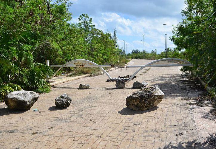 Autoridades y ambientalista acordaron circulación vehicular en Malecón Tajamar. (Karim Moisés/SIPSE)