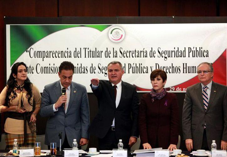 García Luna (c) aseguró ante integrantes del Senado que la dependencia a su cargo no aceptó tres recomendaciones de la CNDH por no ser competente para ellas. (Reforma)