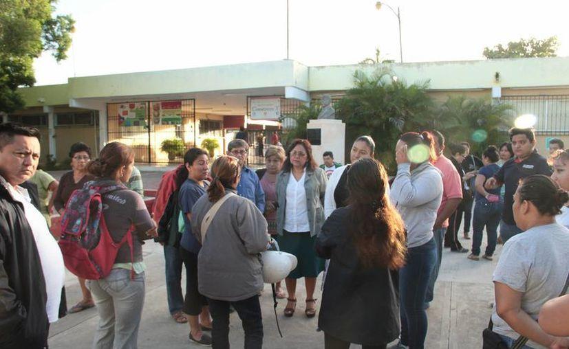 Algunos tutores acudieron a la Secundaria Estatal 36 Serapio Rendón para abordar el tema de la seguridad con la directora y los maestros. (Fotos: Jorge Acosta/SIPSE)