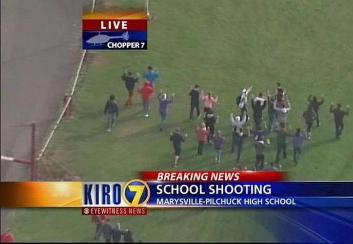 Medios locales mostraron imágenes del momento en los estudiantes de la  preparatoria Pilchuck en Marysville eran evacuados por las autoridades. (twitter.com/KIRO7Seattle)