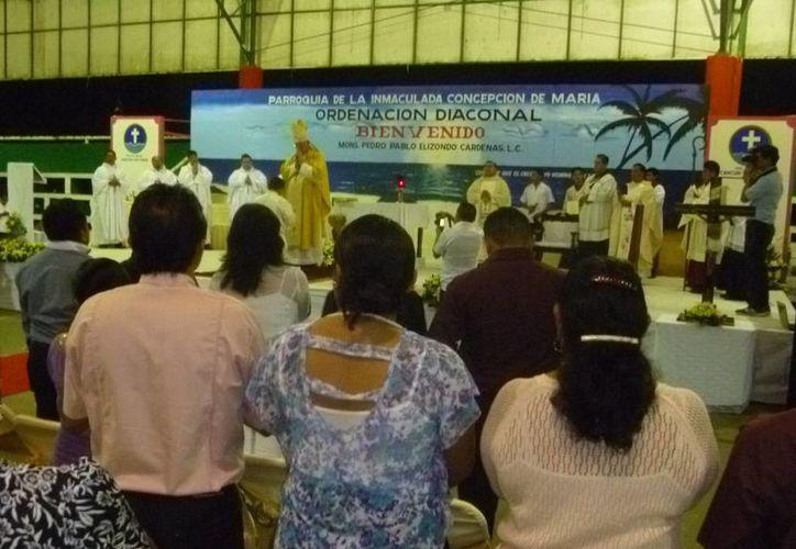 En la ordenación diaconal se contó con la presencia de varios sacerdotes. (Raúl Balam/SIPSE)