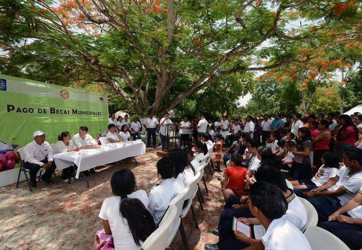 Las becas académicas llegaron a manos de alumnos destacados de primaria, secundaria, preparatoria y universidad. (Redacción/SIPSE)