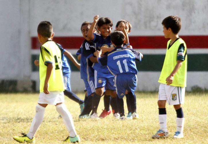 El equipo de Chetumal, Dorados, se llevo lo máximos honores al ganar la Copa de Fútbol Cancún 2014. (Francisco Gálvez/SIPSE)