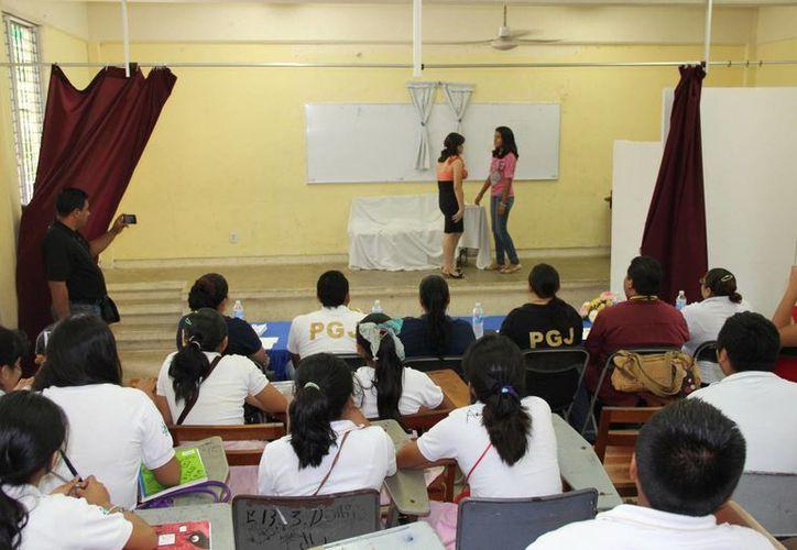 Ante diversas autoridades, los estudiantes representaron una obra teatral en la que abordaron el tema del acoso escolar. (Manuel Salazar/SIPSE)