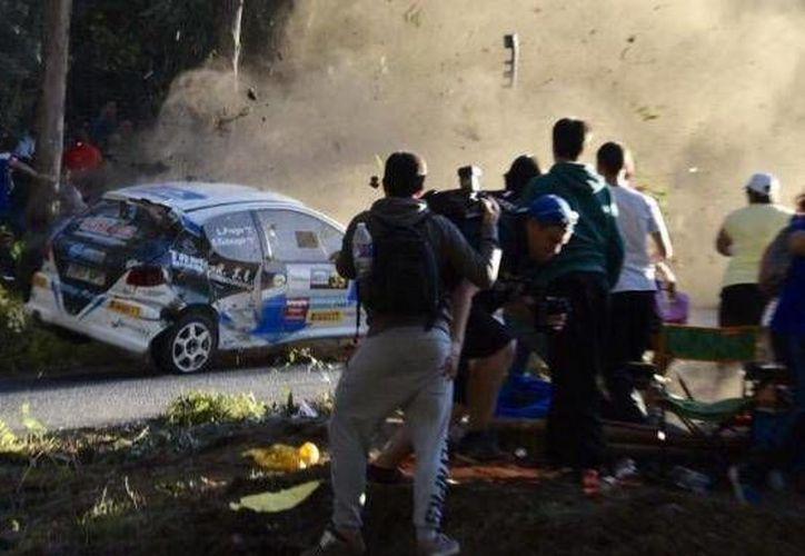 Un competidor del Rally de A Coruña perdió el control de su automóvil en una curva y arrolló a una veintena de aficionados, dejando varios muertos y heridos, en España. (elprogreso.galiciae.com)