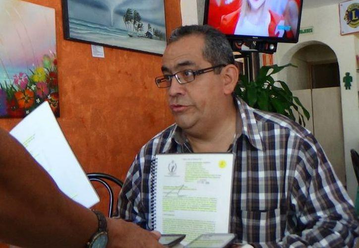 José Pérez Espinoza dirige al frente para una vivienda, que demanda la existencia de casas sobrevaloradas. (Luis Ballesteros/SIPSE)