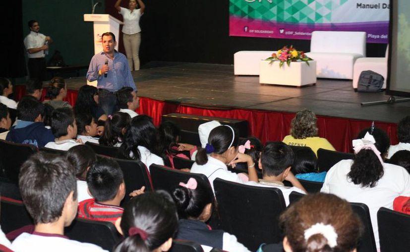 Manuel 'El sapo' Díaz, es jugador de fútbol americano, compartió su historia con estudiantes. (Adrián Barreto/SIPSE)