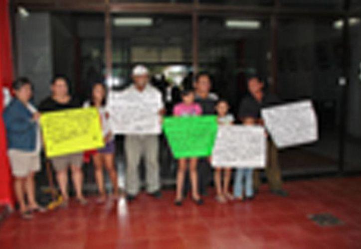 La protesta pacífica por el despido injustificado. (Julián Miranda/SIPSE)