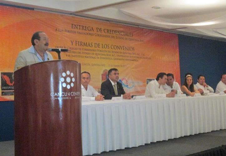 El presidente del colegio de valuadores en Quintana Roo, Heyden José Cebada Ramírez, durante un evento realizado en el Cancún Center. (Tomás Álvarez/SIPSE)