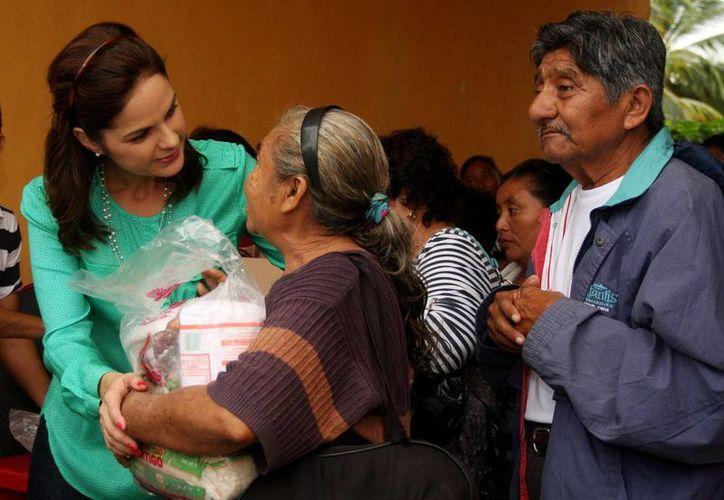 La titular del DIF Cozumel visitó a habitantes de las zonas ejidales. (Cortesía/SIPSE)