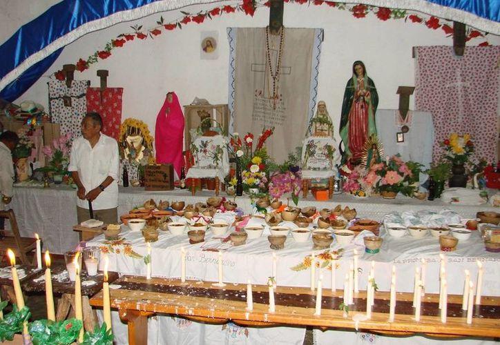 En el interior de la iglesia, los lugareños llevan las viandas con las que cuenten para ofrendar en honor al difunto antes de sepultarlo. (Manuel Salazar/SIPSE)
