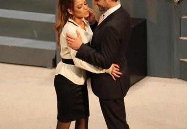 Adriana Fonseca y Mark Tacher protagonizan la divertida comedia. (Milenio Novedades)