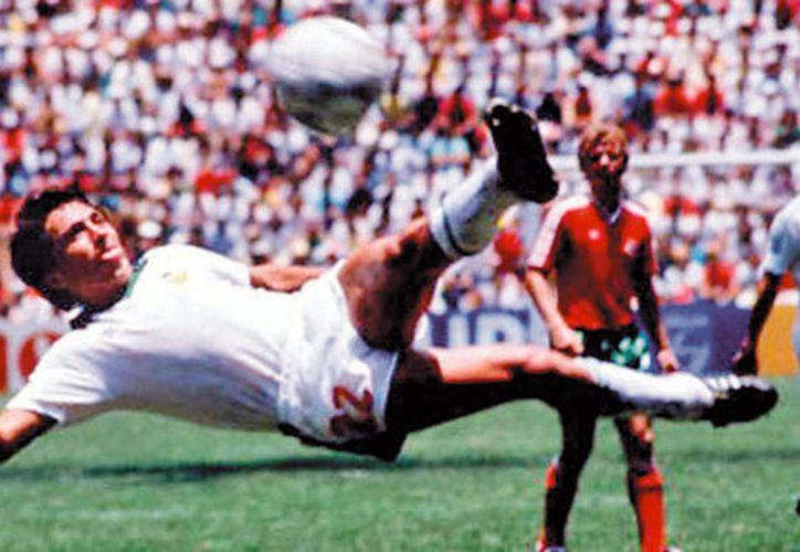 Mexicano, Manuel Negrete en su participación del Mundial 86, considerado como el mejor gol en la historia de mundiales. (Captura de pantalla)