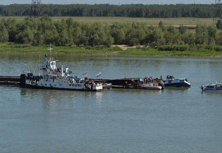 El ferry transportaba hacia un popular monasterio de Siberia oriental a 60 personas, cuando ocurrió el accidente.(news.cn)