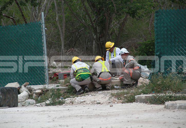 Trabajadores de la CFE supervisaron los trabajos de reparación. (Jorge Acosta/ Milenio Novedades)