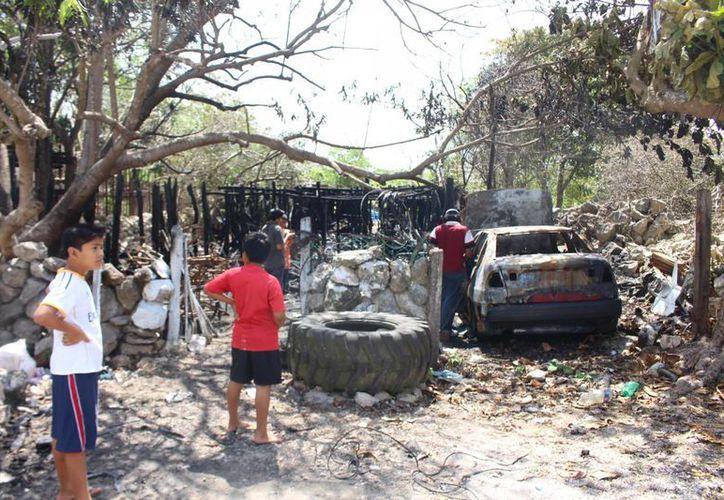La familia logró salir a tiempo del incendio, que terminó por consumir todo lo que lo se encontraba en el lugar. (Benjamín Pat/SIPSE)