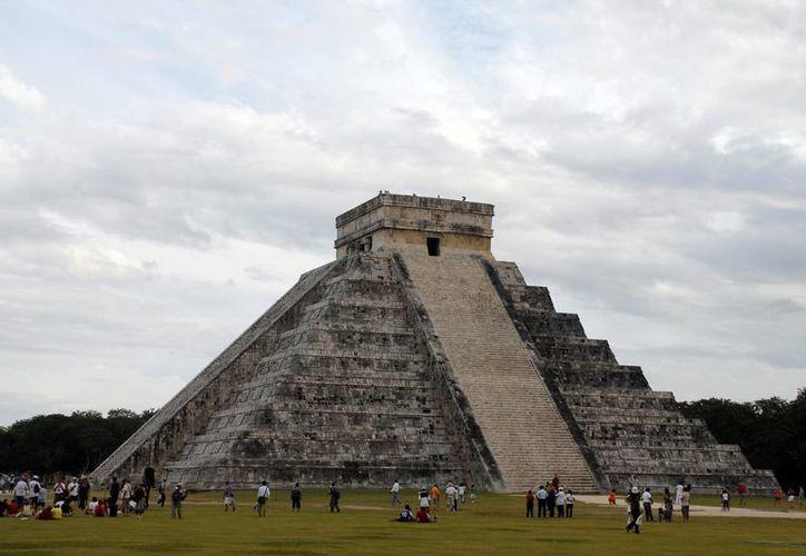 La ocupación que realizan más de mil comerciantes ubicados a los lados del camino de acceso a los vestigios prehispánicos de Chichén Itzá y en la explanada al frente de la Pirámide de Kukulkán es completamente irregular y violatoria: Ricardo Dájer. (Milenio Novedades)