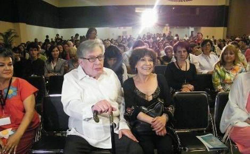 El poeta José Emilio Pacheco en la Filey, con su esposa, la escritora Cristina Pacheco. (Milenio.com)