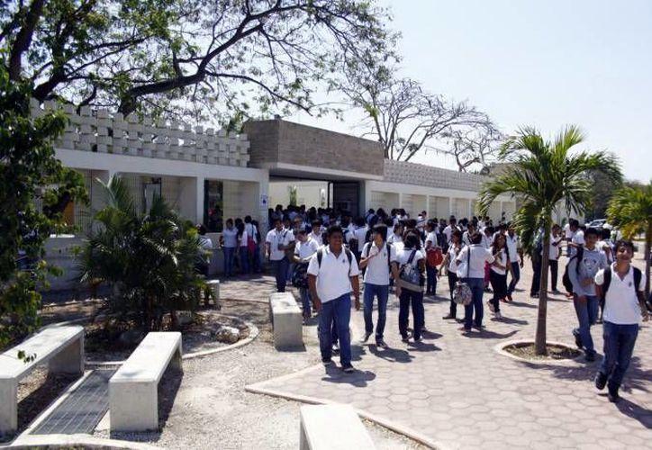 La UADY inició un nuevo ciclo escolar este lunes con el regreso de miles de bachilleres a las aulas.  (Imagen de contexto/ Milenio Novedades)