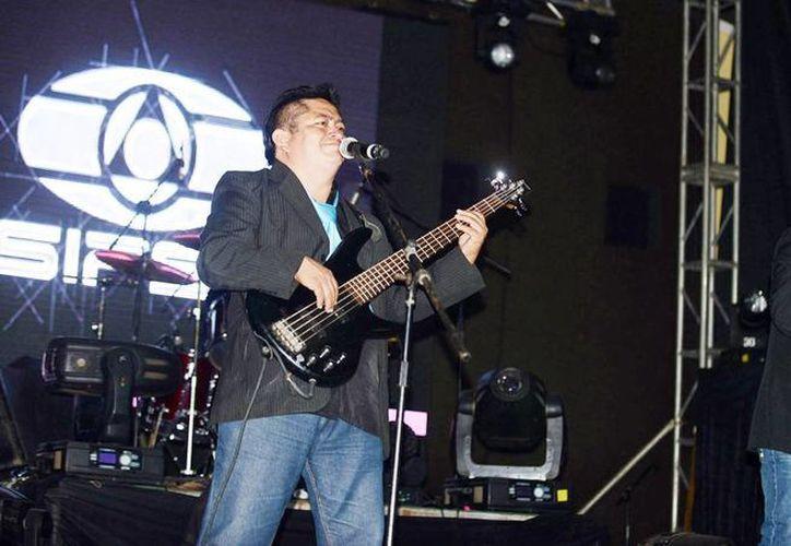 La tarima SIPSE ofreció un atractivo concierto musical en el baile masivo que se concentró en el Teatro del Pueblo. (Luis Pérez/SIPSE)