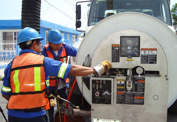 Cabe recordar que sus brigadas trabajan diario para dar mantenimiento a los cárcamos, maquinaria y la línea de red de agua residual. (Foto: Redacción/SIPSE)