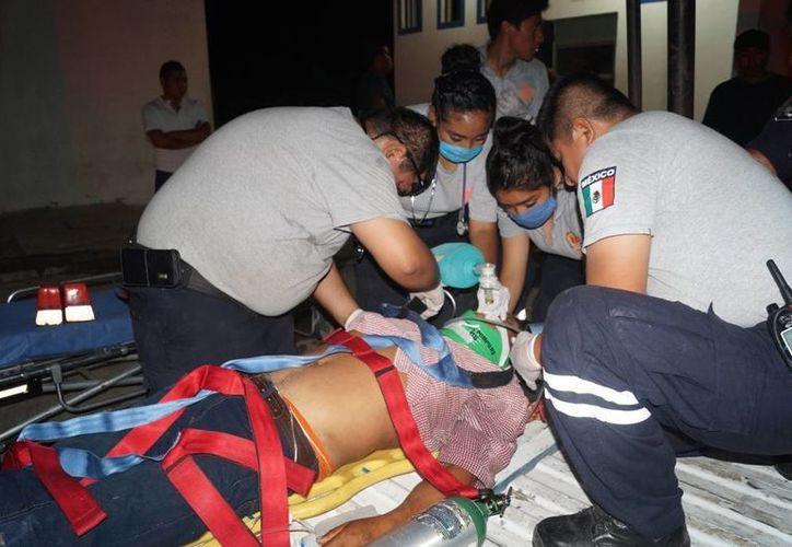La  Unidad de Respuesta a Emergencias Médicas (UREM), lo trasladó a la clínica del Issste para su atención. (Ángel Castilla/SIPSE)