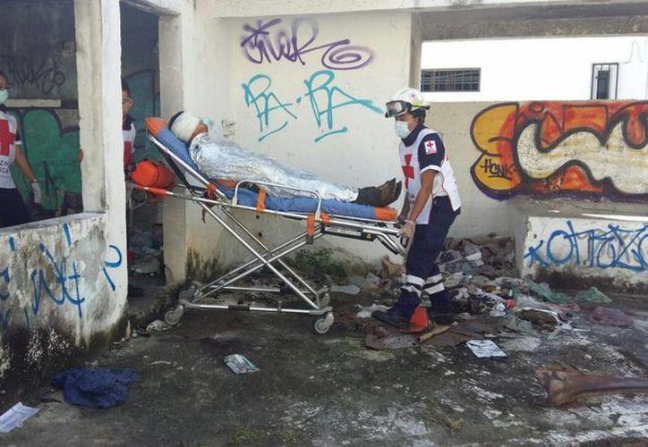 Paramédicos de la Cruz Roja atendieron al joven hallado en la Sm 64. (Redacción/SIPSE)