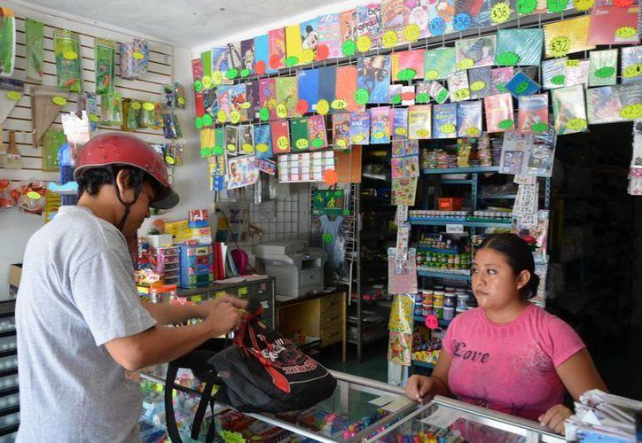 El recurso será cambiado por vales de útiles escolares para que los empleados acudan a las papelerías locales. (Gerardo Amaro/SIPSE)