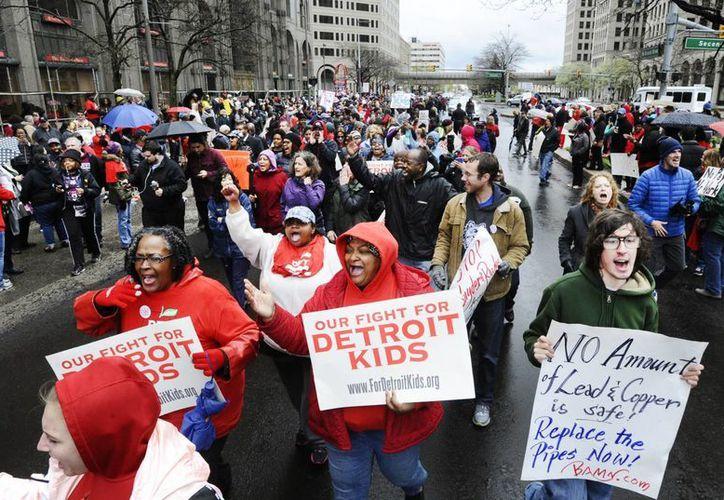 Miembros de la Federación de Maestros de Detroit durante una manifestación frente a las oficinas de las Escuelas Públicas de Detroit. (Agencias)