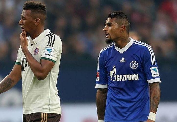 Kevin Prince Boateng (d), con la camiseta del Schalke 04, en un enfrentamiento en la Liga de Alemania contra Jerome, su hermano menor, del Bayern Munich. (bundesliga.com)