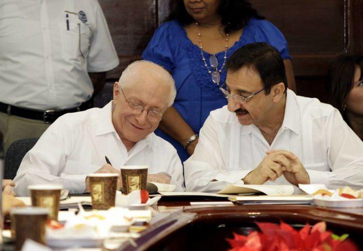 El titular de la Conamedy, José Meljem Moctezuma, y el rector de la UADY, Alfredo Dájer Abimerhi, en la firma del convenio. (Christian Ayala/SIPSE)